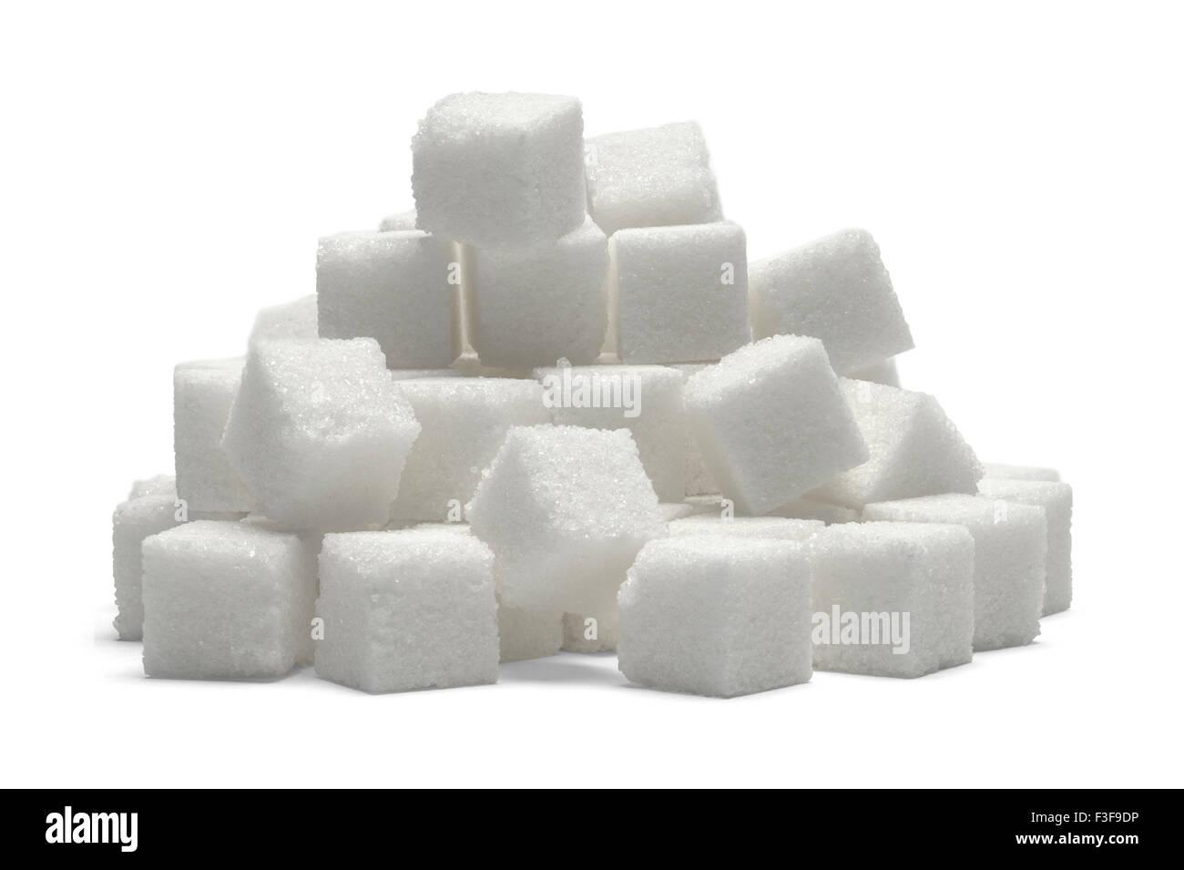 Cumulo di cubetti di zucchero isolato su sfondo bianco. Immagini Stock
