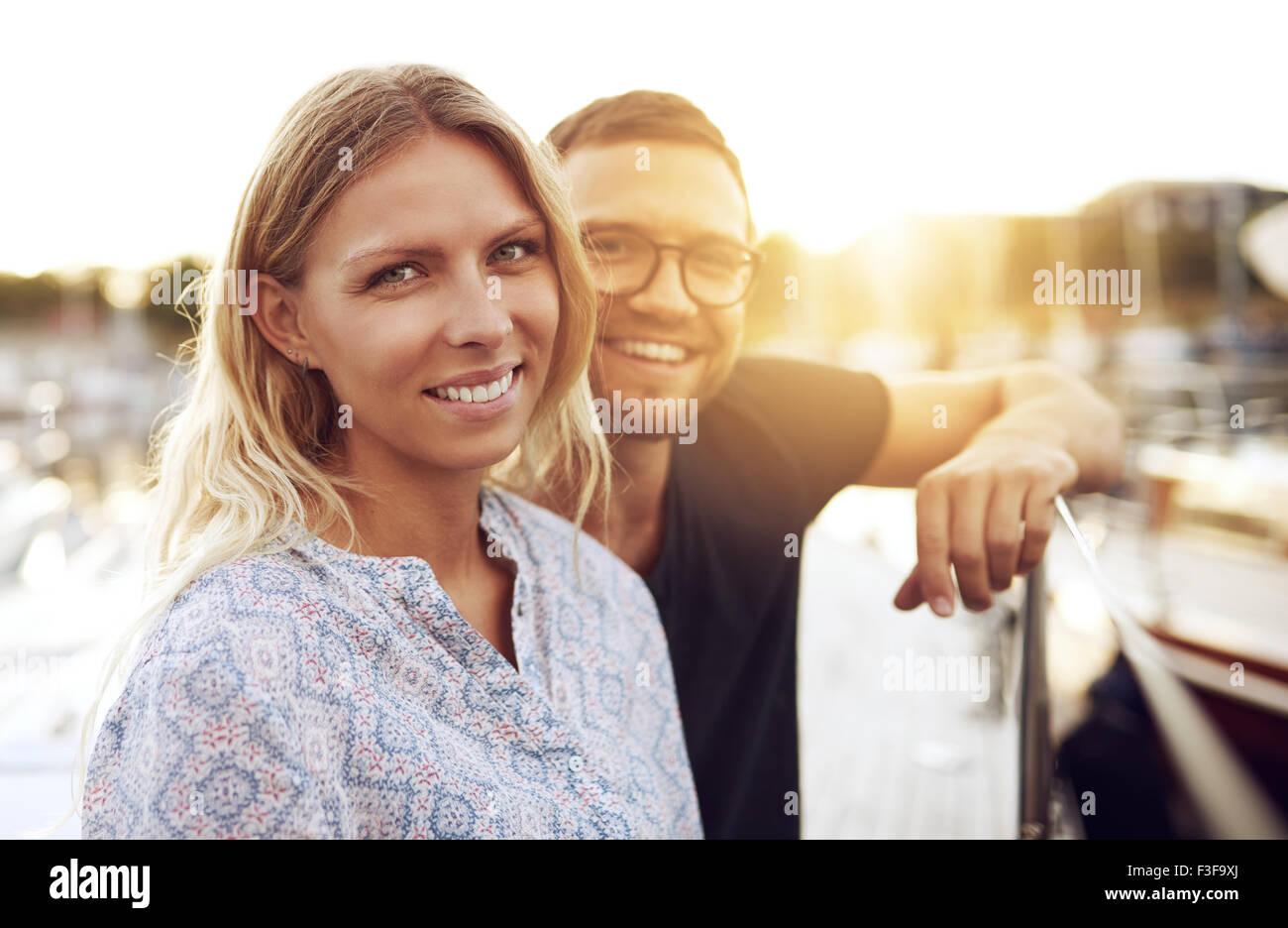 Giovane seduto sulla loro barca, sorridente in telecamera Immagini Stock