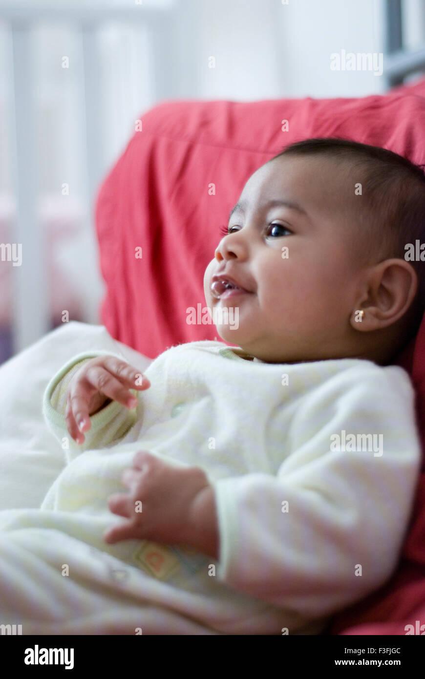 Baby girl Namya ; due mesi faccia ; ; ; le espressioni di emozioni e stati d'animo MR Immagini Stock