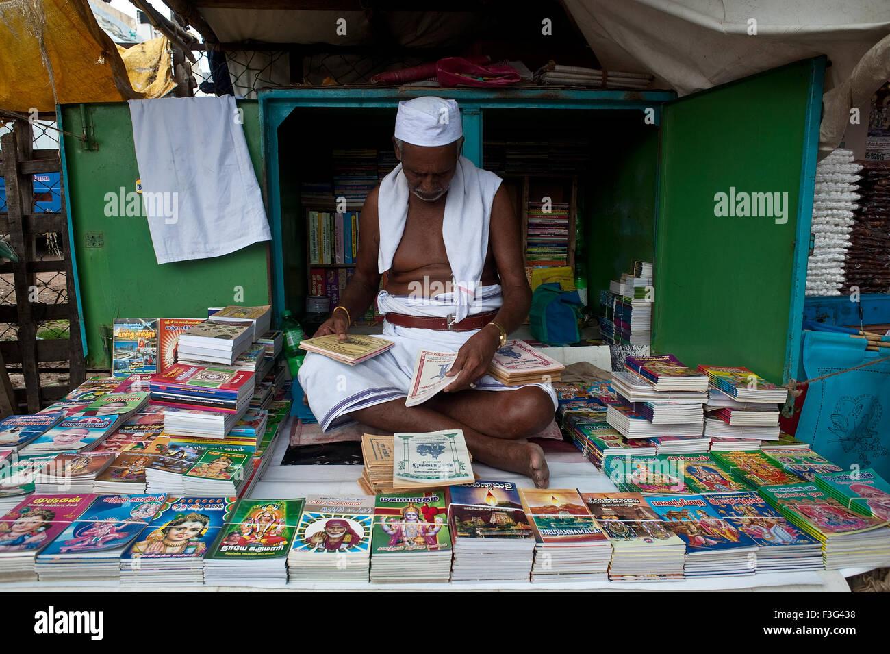Uomo indù la vendita a buon mercato libri indù in India () Immagini Stock
