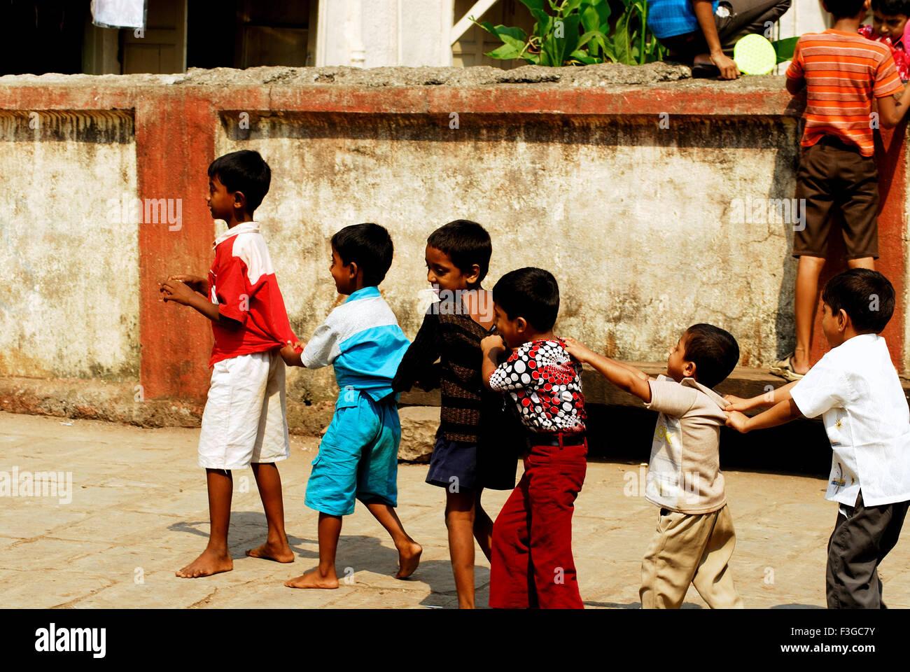 """Bambini che giocano """"Seguire il leader' nel tempo libero Immagini Stock"""