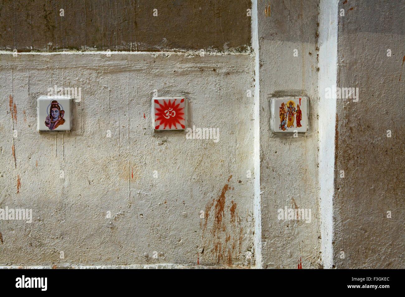 Per arrestare le persone da sputare immagini di divinità e simboli religiosi dipinto ceramicre posto pareti Immagini Stock