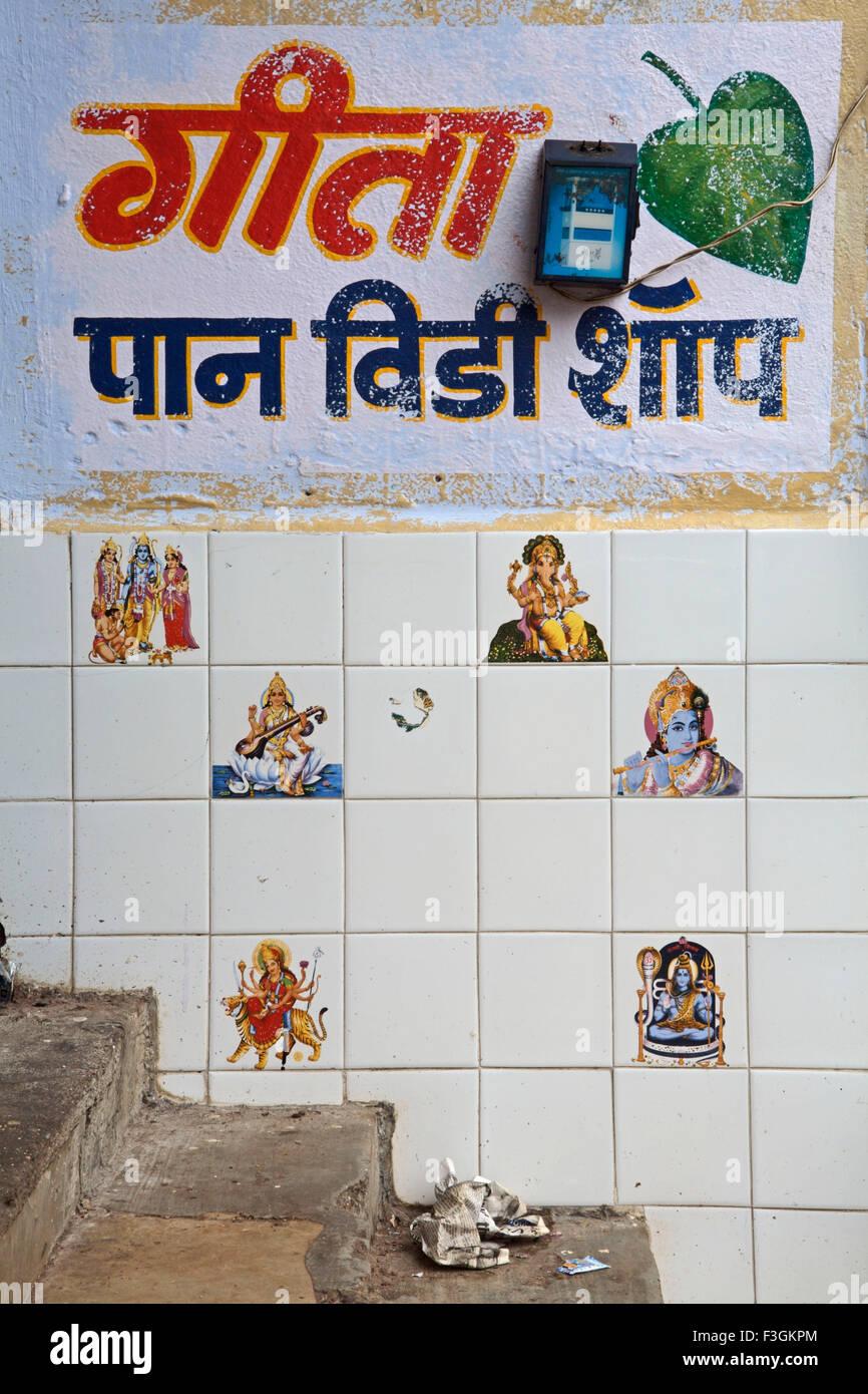 Immagini di Dei e Dee dipinta su piastrelle di ceramica sulla parete in prossimità di un 'paan' shop Immagini Stock