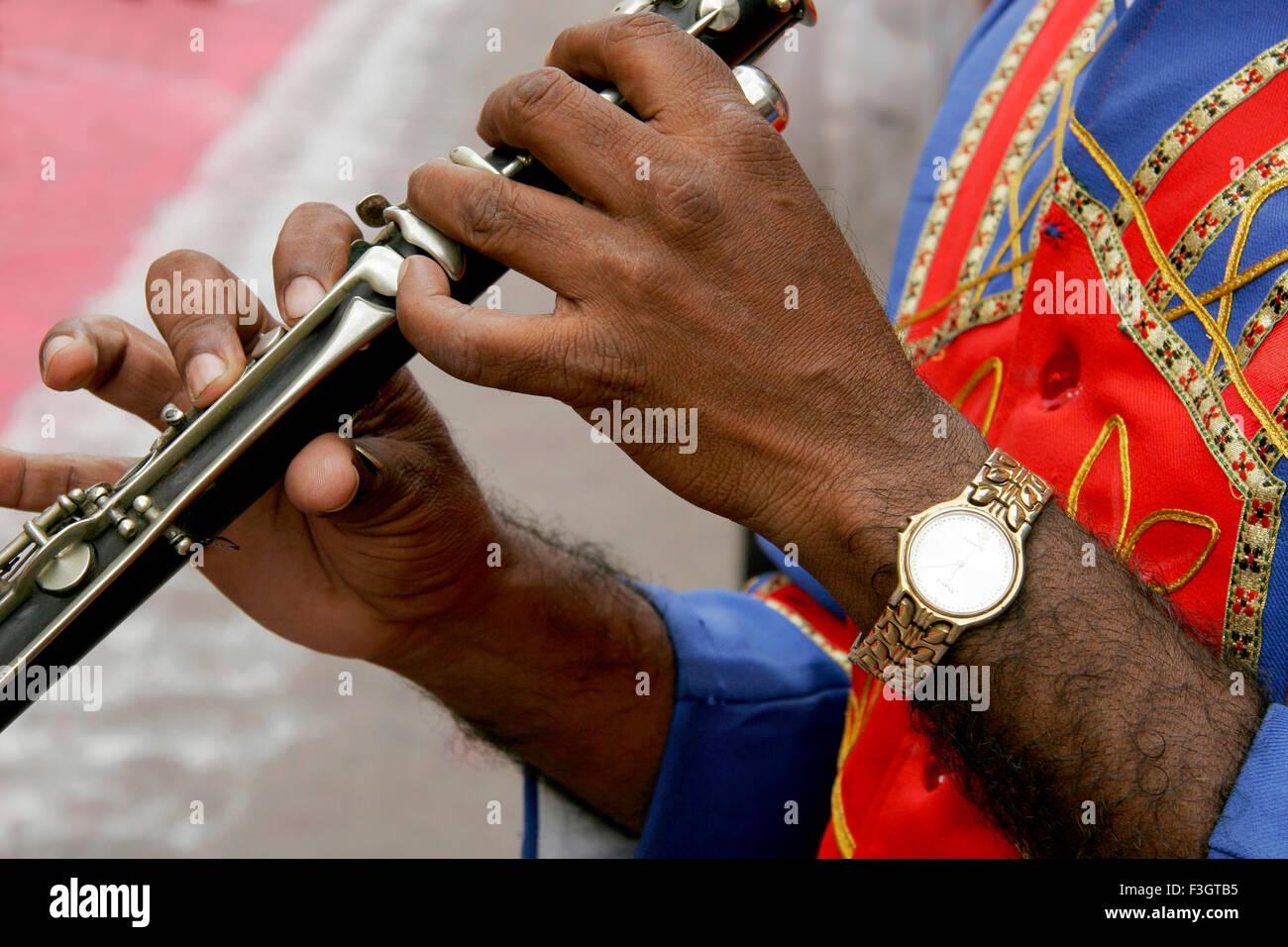 Le mani del giocatore di flauto bajawalawear guarda suonato festival di immersione signore Ganesh Pune Maharashtra Immagini Stock