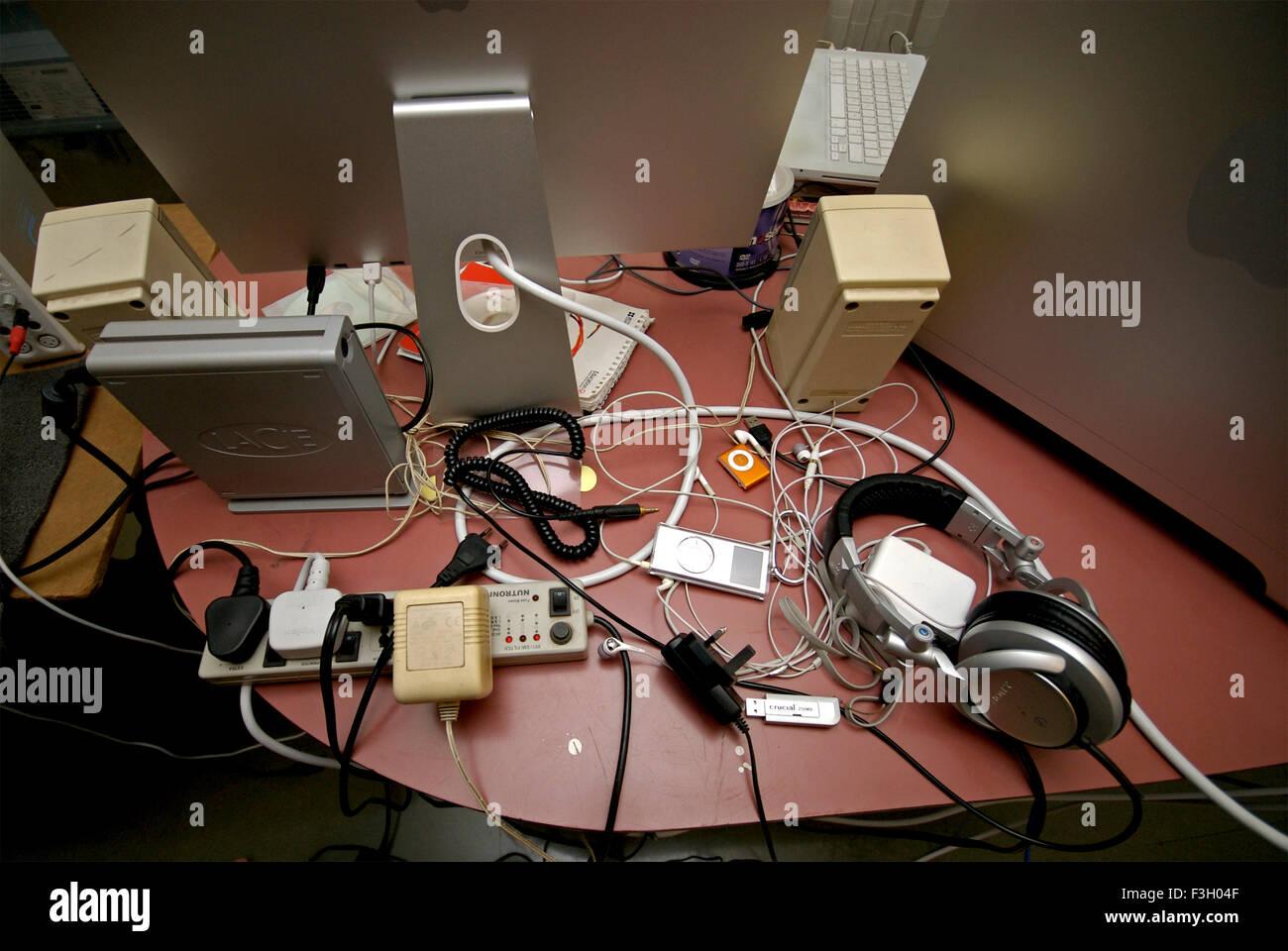 Goffo scrivania caotica di fotografo pigro ; Mumbai Bombay ; Maharashtra ; India Immagini Stock