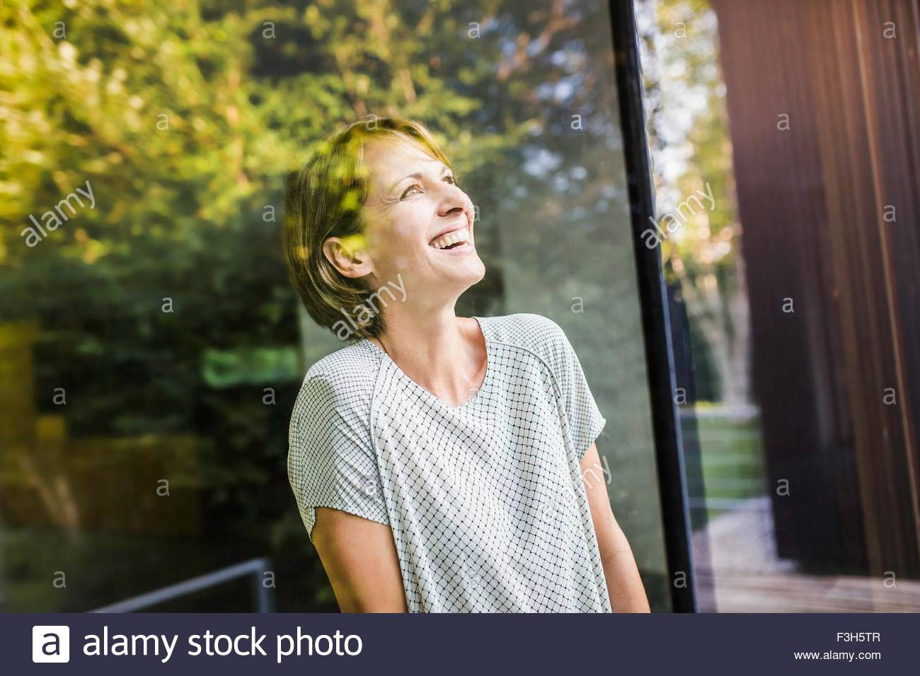 Ritratto di donna matura cercando da casa nuova Immagini Stock