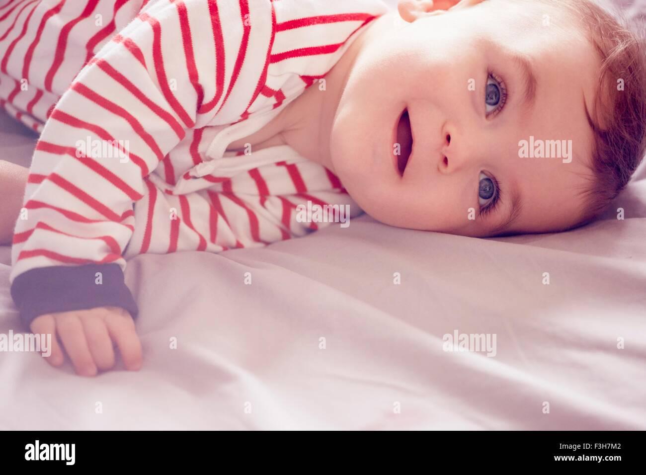 Bambino giacente sul letto Immagini Stock