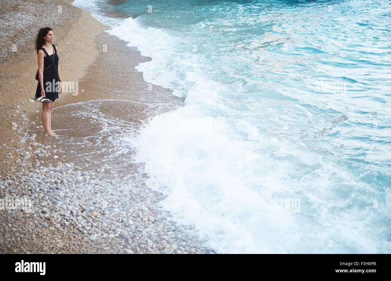 Ragazza adolescente guardando fuori dalla spiaggia, Javea, Spagna Immagini Stock
