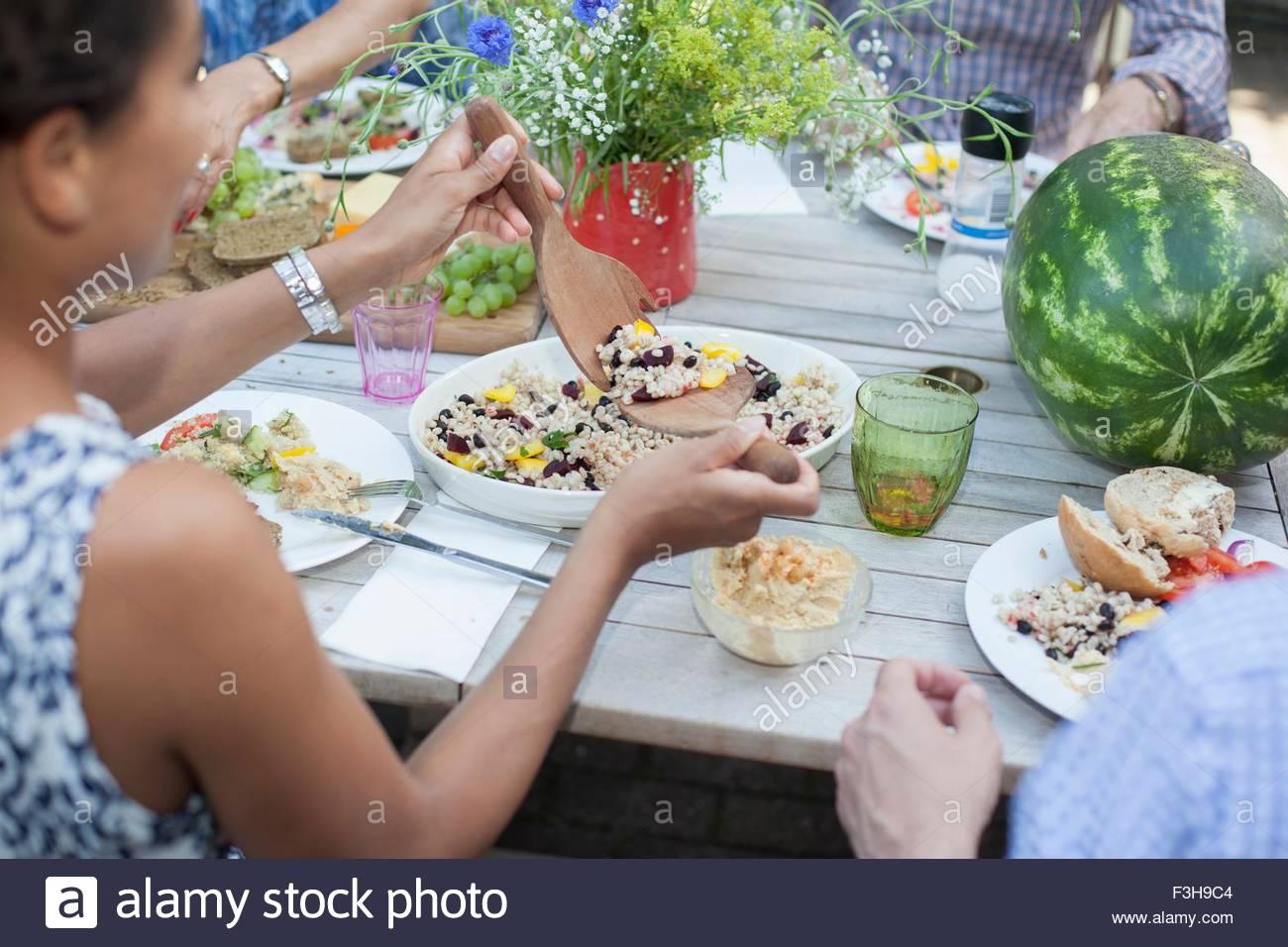 Famiglia gustando un pasto all'aperto Immagini Stock