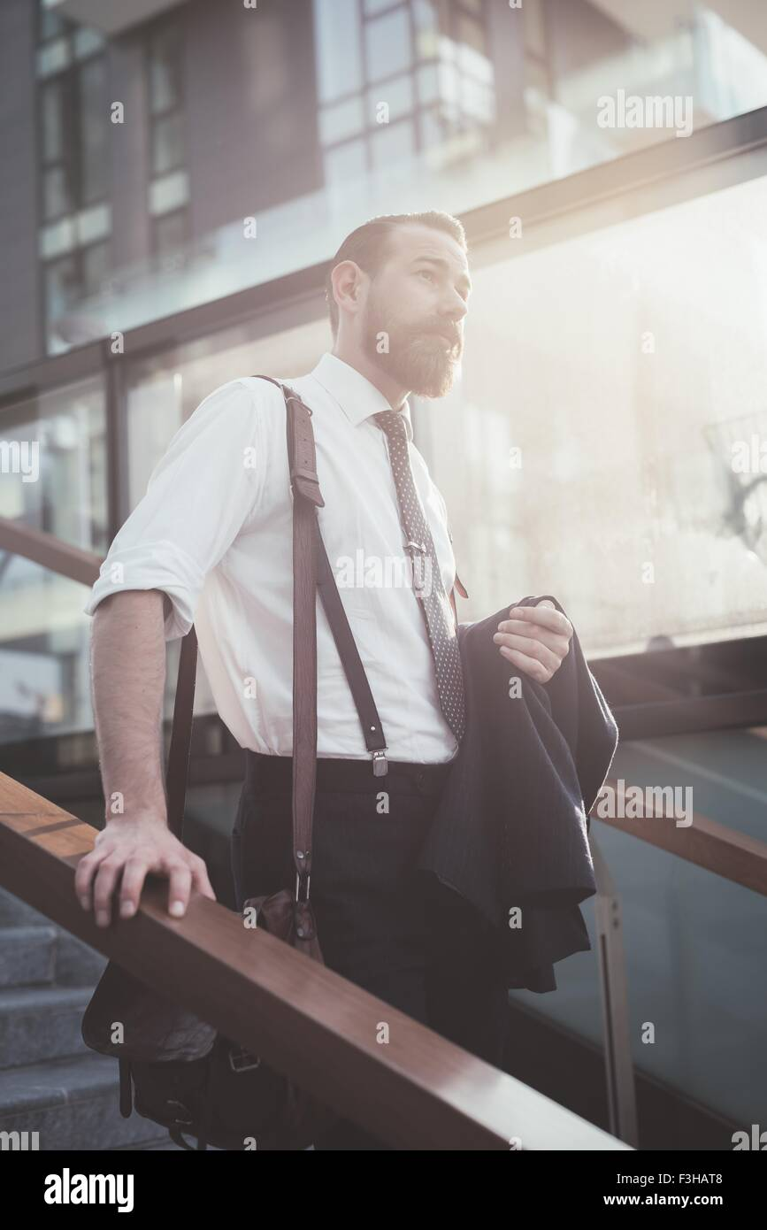 Imprenditore Elegante giacca portante si sta spostando verso il basso le scale della città Immagini Stock