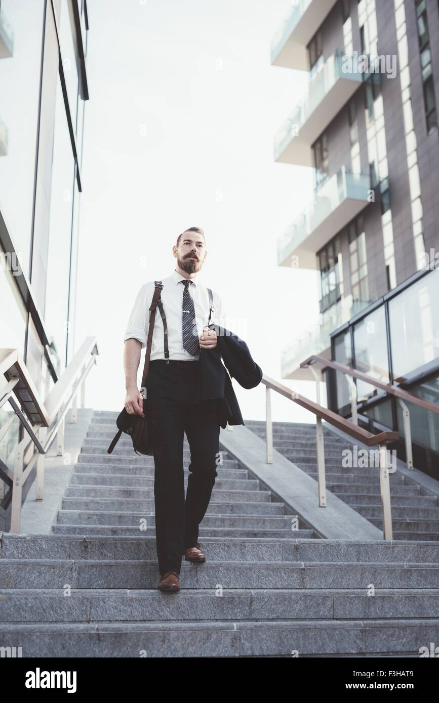 Imprenditore camicia portante si sta spostando verso il basso le scale della città Immagini Stock