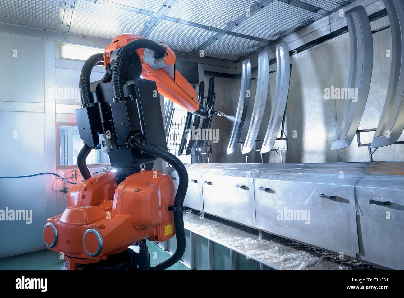 Robot di verniciatura a spruzzo di componenti automobilistici in vernice spray factory Immagini Stock