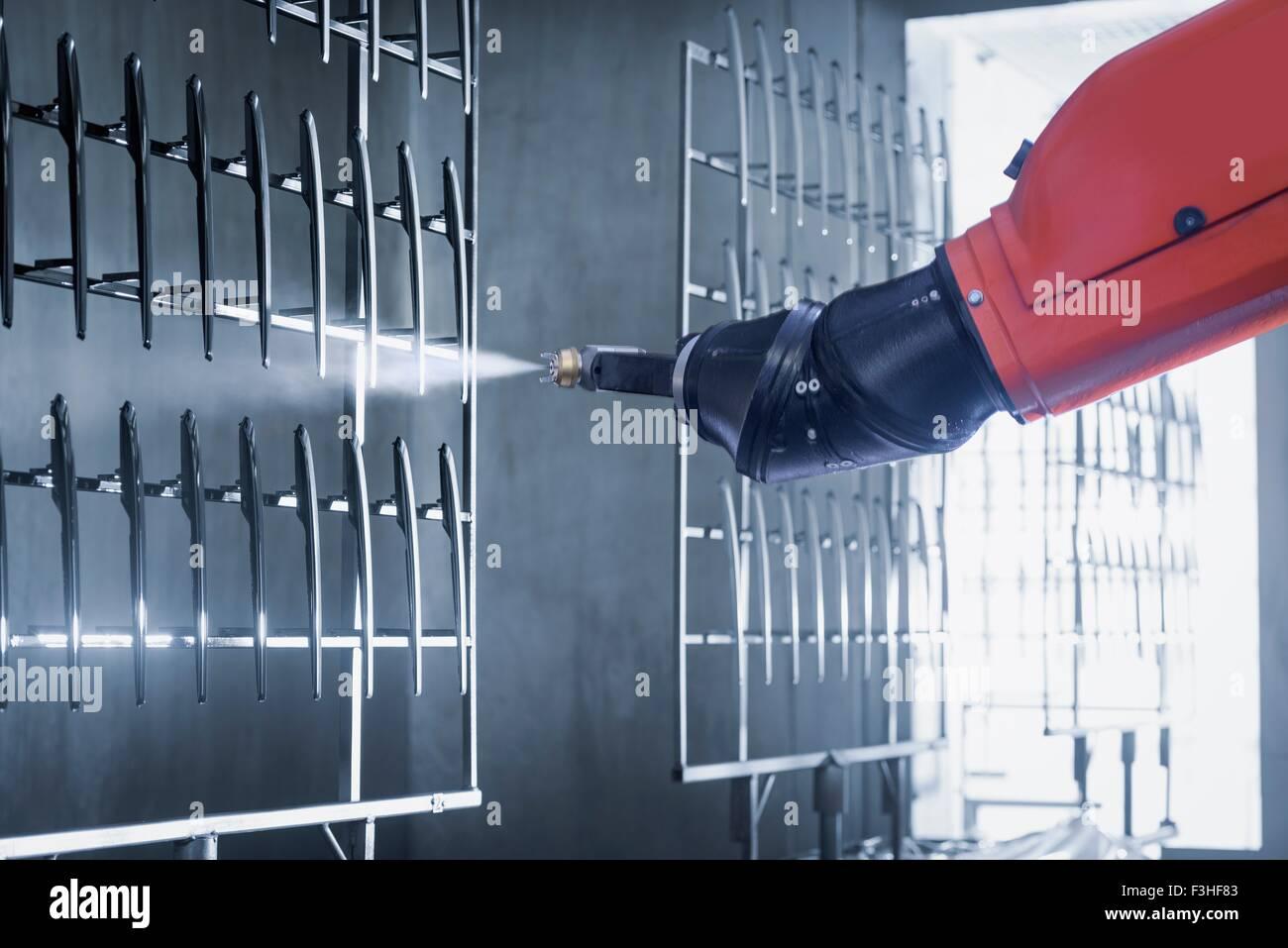 Robot di verniciatura a spruzzo di componenti automobilistici in vernice spray fabbrica, close up Immagini Stock