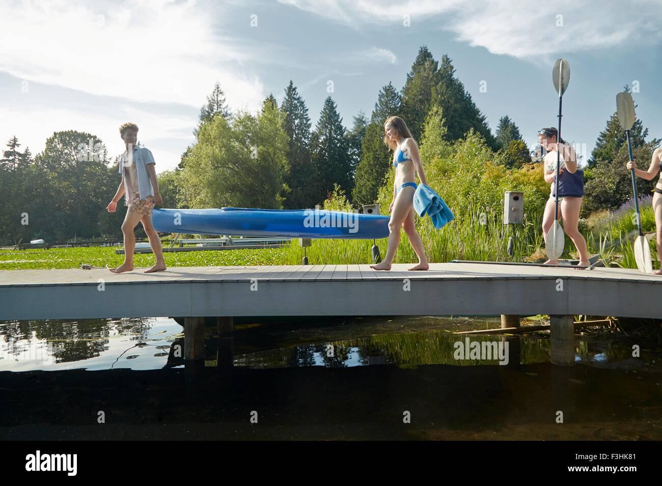 Gli amici di andare in canoa nel lago, Seattle, Washington, Stati Uniti d'America Immagini Stock