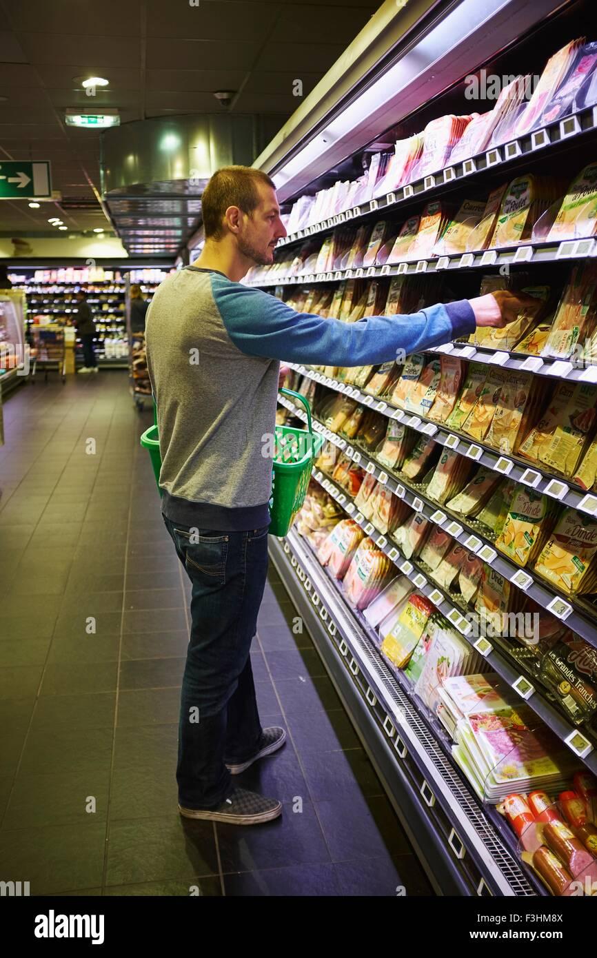 L'uomo shopping nel supermercato Immagini Stock