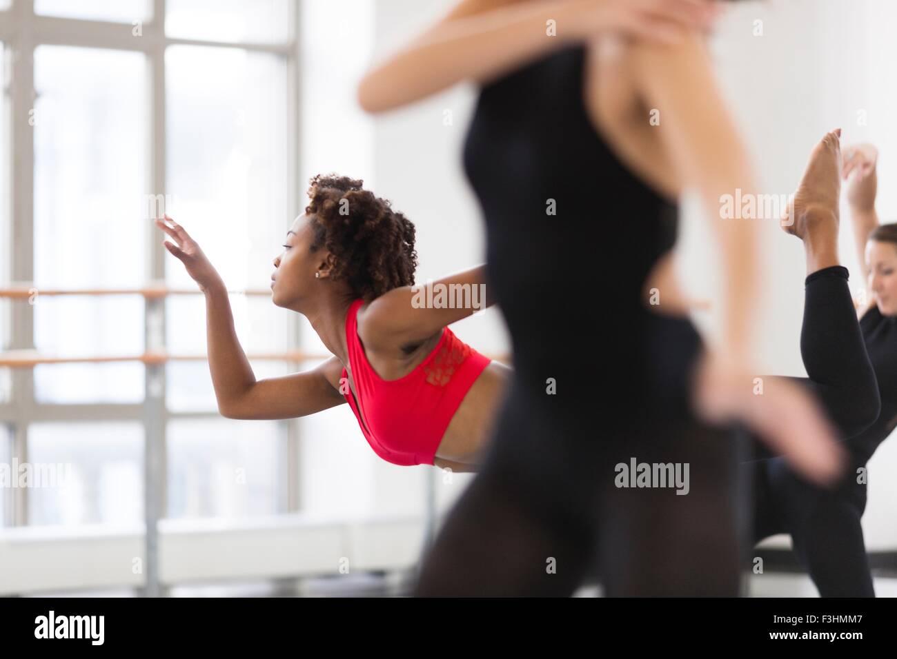 Giovani donne in dance studio di ballo, la messa a fuoco del differenziale Immagini Stock