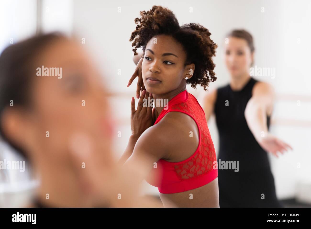 Giovani donne che danzano cercando di distanza di messa a fuoco del differenziale Immagini Stock