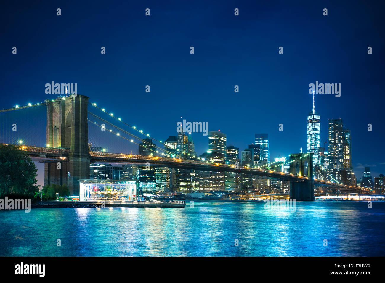 Bella vista notturna del Ponte di Brooklyn Bridge guardando verso Manhattan New York City Immagini Stock