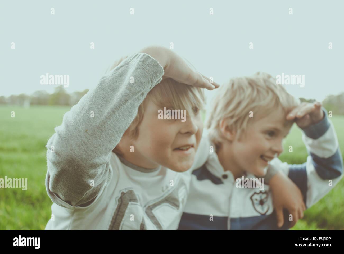 Due piccoli fratelli a giocare in un campo Immagini Stock