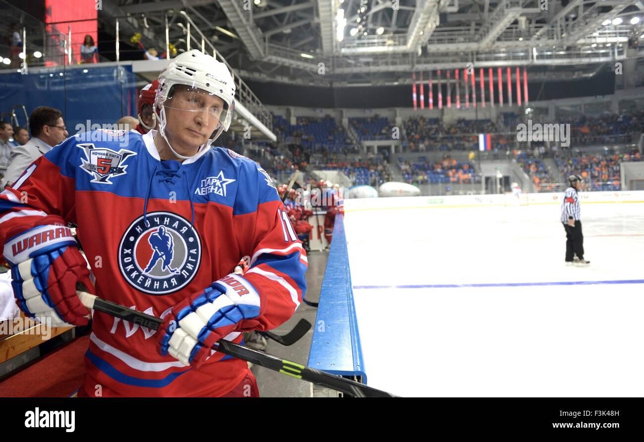 Il presidente russo Vladimir Putin attende di ottenere sul ghiaccio durante l annuale ice hockey match tra ex stelle Immagini Stock