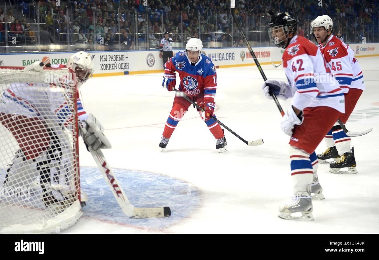 Il presidente russo Vladimir Putin in azione durante l'annuale di hockey su ghiaccio match tra ex stelle NHL Immagini Stock