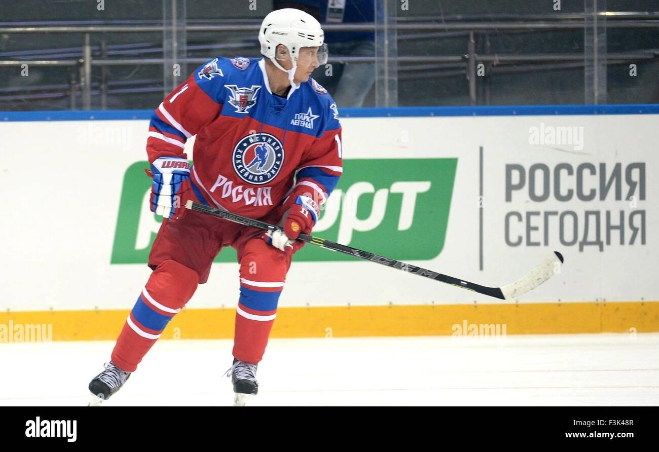 Il presidente russo Vladimir Putin pattini durante l annuale ice hockey match tra ex stelle NHL e il governo russo Immagini Stock