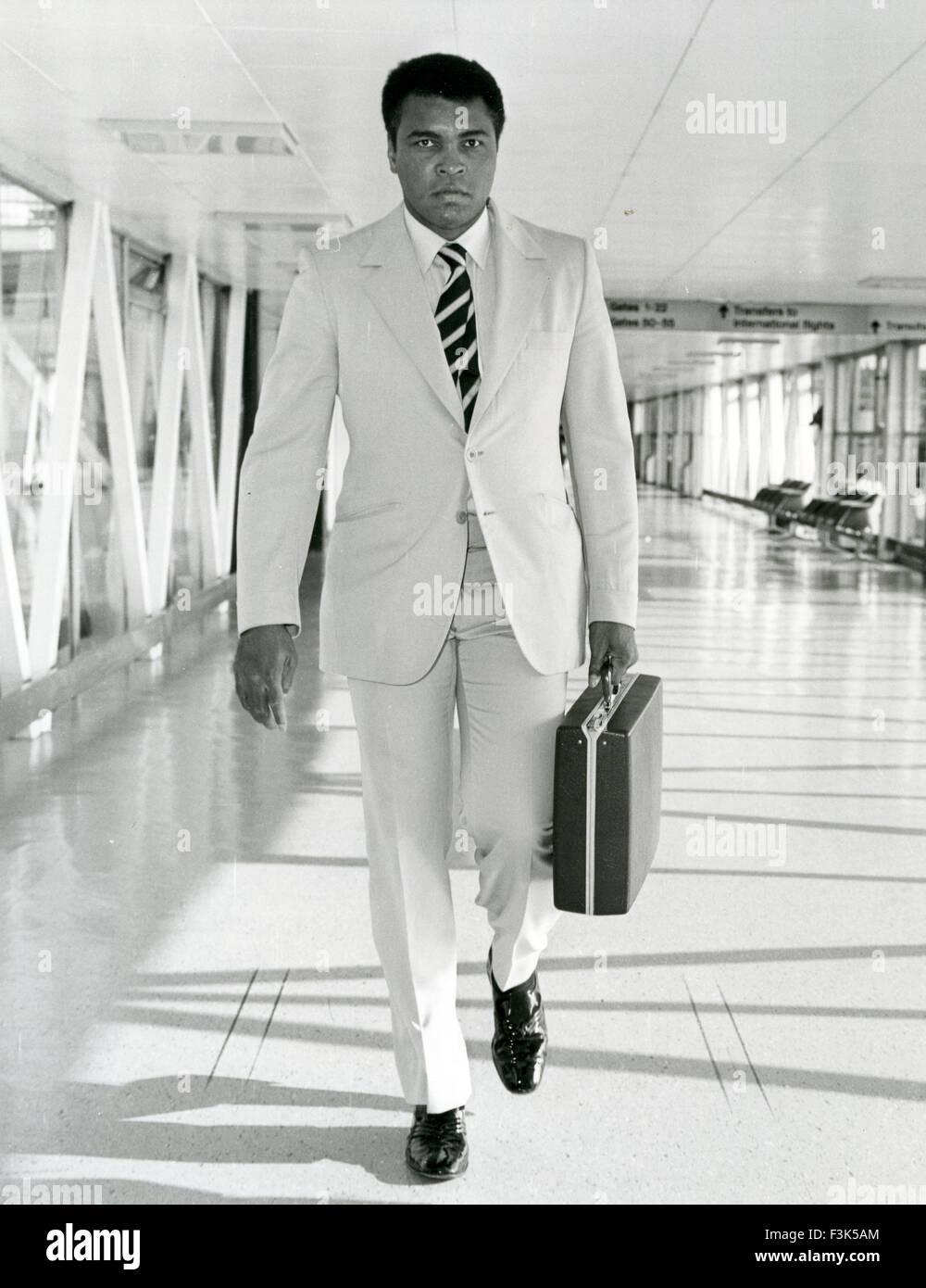 MUHAMMAD ALI (Casius argilla) American boxer arrivando all'aeroporto di Heathrow circa 1967 Immagini Stock