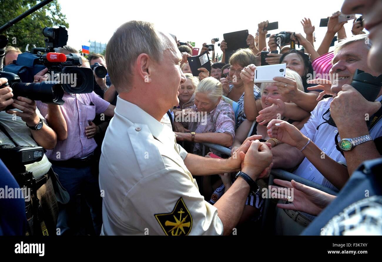 Il presidente russo Vladimir Putin saluta i tifosi durante una visita al Mar Nero Agosto 18, 2015 a Sevastopol, Immagini Stock