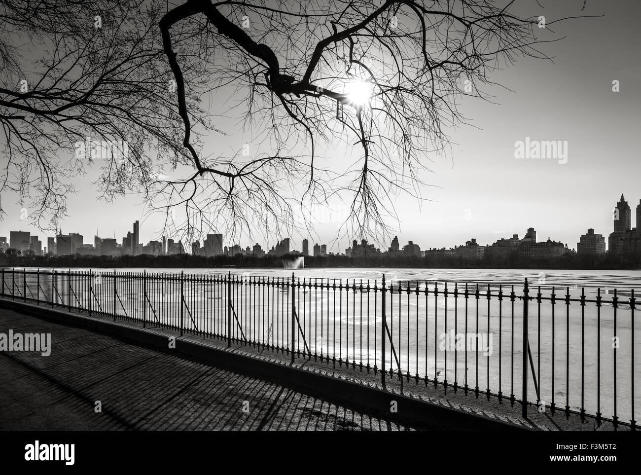 Fotografia in bianco e nero di New York in inverno, il serbatoio a Central Park e Upper West Side, NYC. Immagini Stock