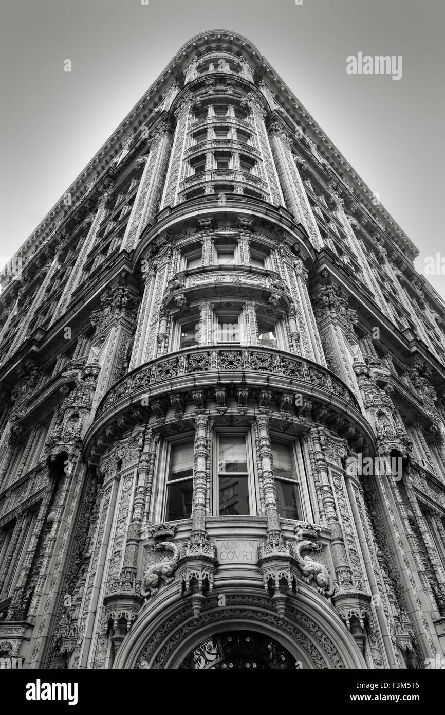 Magnifici ornamenti architettonici su un edificio sulla sua facciata nel cuore del centro cittadino di Manhattan. Immagini Stock