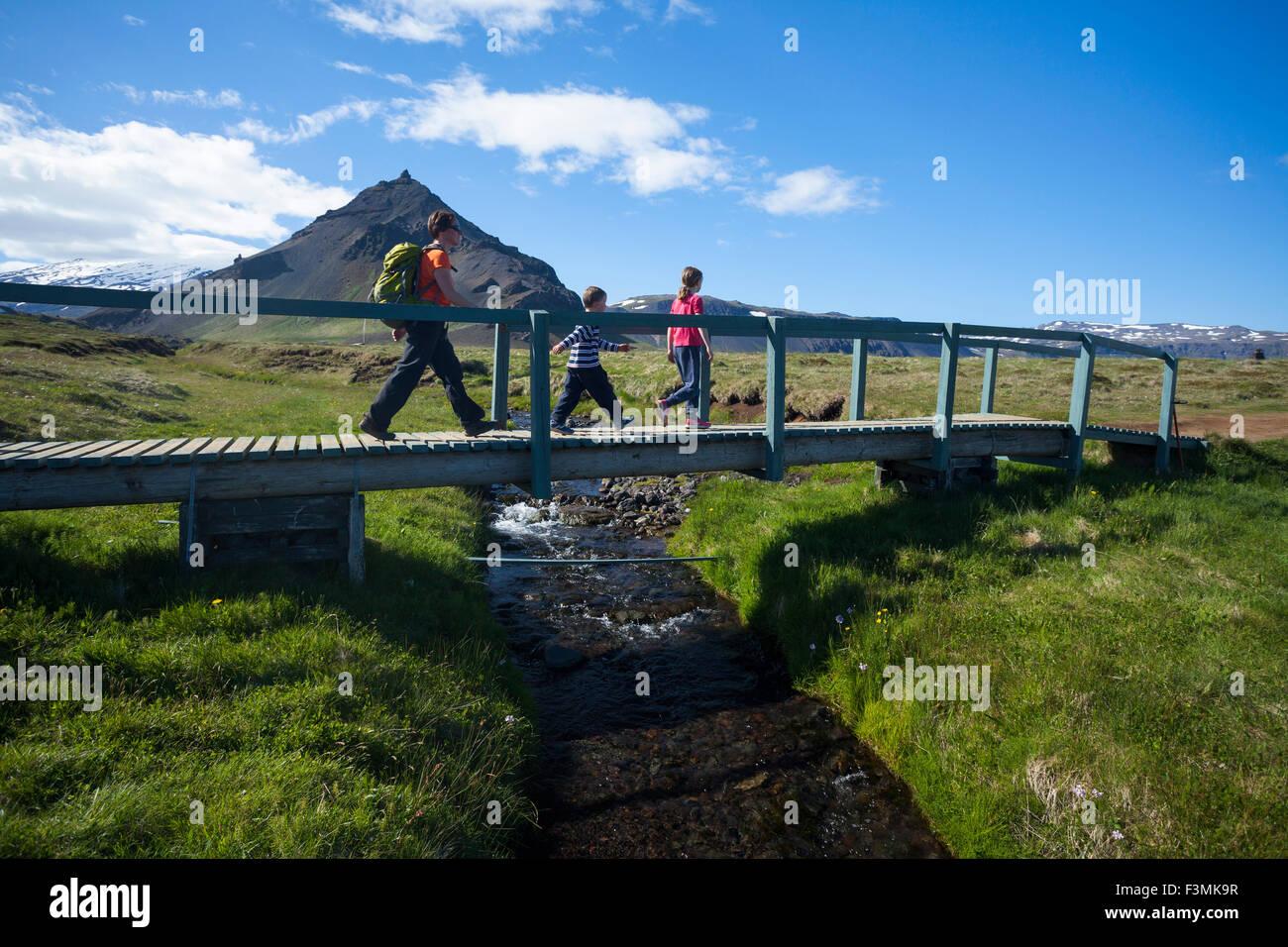 Famiglia escursioni la Hellnar-Arnarstapi sentiero costiero, Snaefellsnes Peninsula, Vesturland, Islanda. Immagini Stock