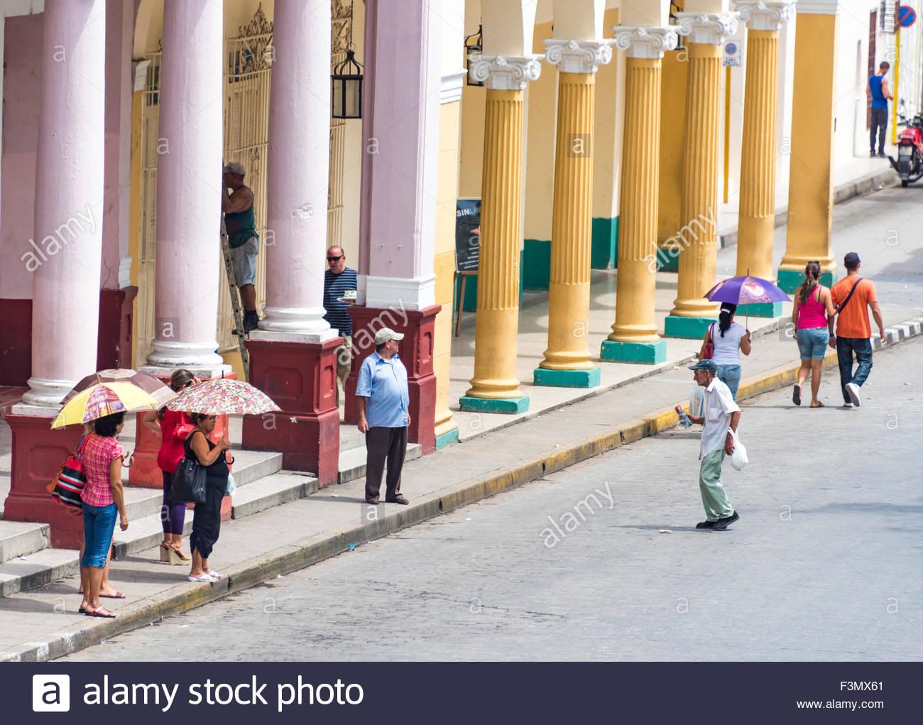 Architettura coloniale spagnola e la vita quotidiana a Cuba giganteschi pilastri rotondi di un vecchio edificio Immagini Stock