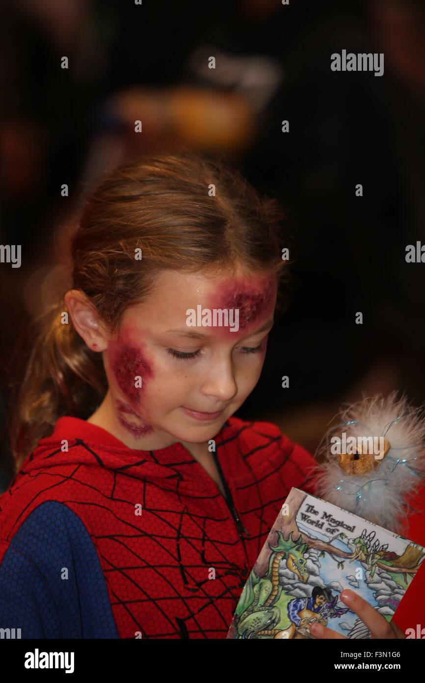 La città di New York, Stati Uniti. 09oct, 2015. Bambina in zombie make up. Centinaia di migliaia di appassionati, artisti, imprenditori e persone che erano semplicemente curiosi scese sulla Javits Center per la decima edizione della fiera ComicCon, il più grande di tali eventi in Nord America Credito: Andy Katz/Pacific Press/Alamy Live News Foto Stock
