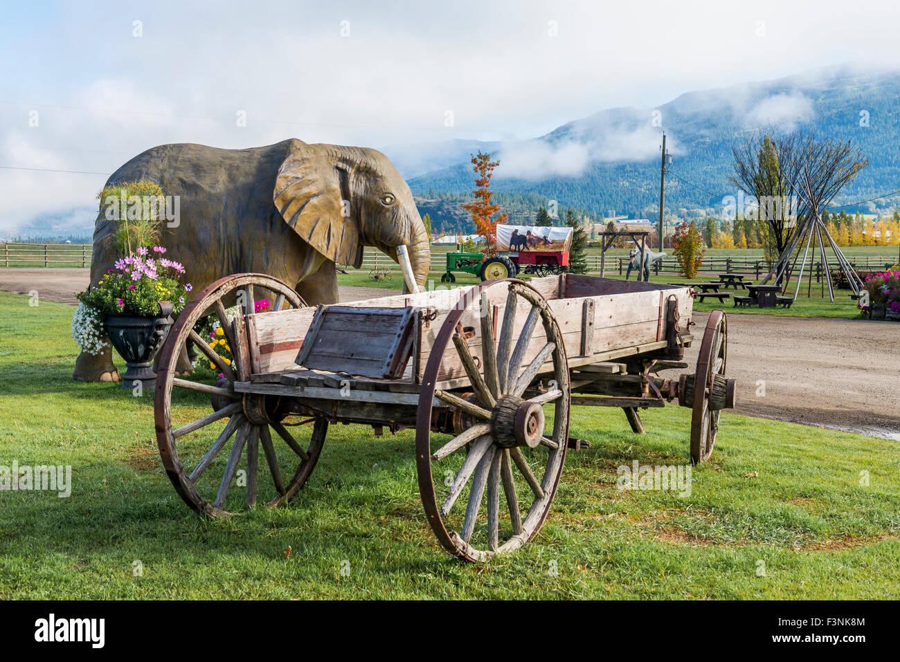 Il granaio di registro, sul ciglio della strada e di attrazione store, Spallumcheen vicino Armstrong, Okanagan Valley, Immagini Stock