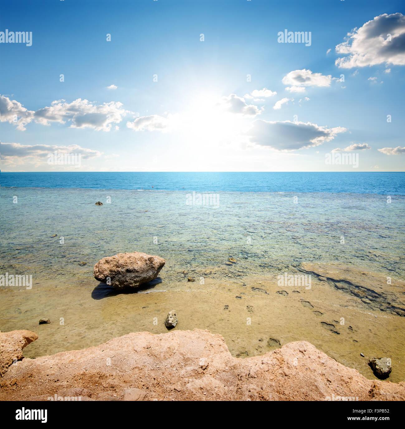 Costa del mar rosso alla luce del sole Immagini Stock