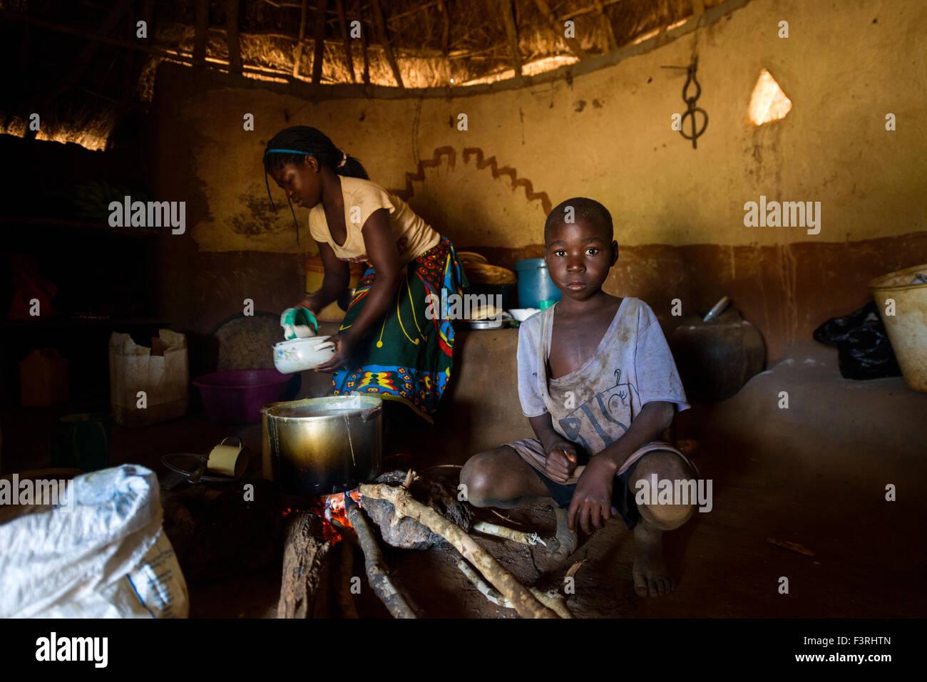 Scena quotidiana nel tradizionale capanna di paglia, Mozambico, Africa Immagini Stock