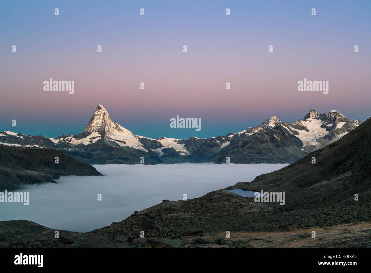 Il Cervino con nuvole all'alba, Svizzera Immagini Stock