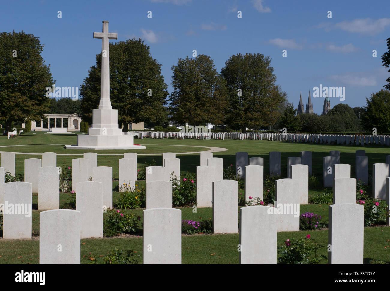 War Graves e croce commemorativa con Bayeux Catherdral in distanza Foto Stock