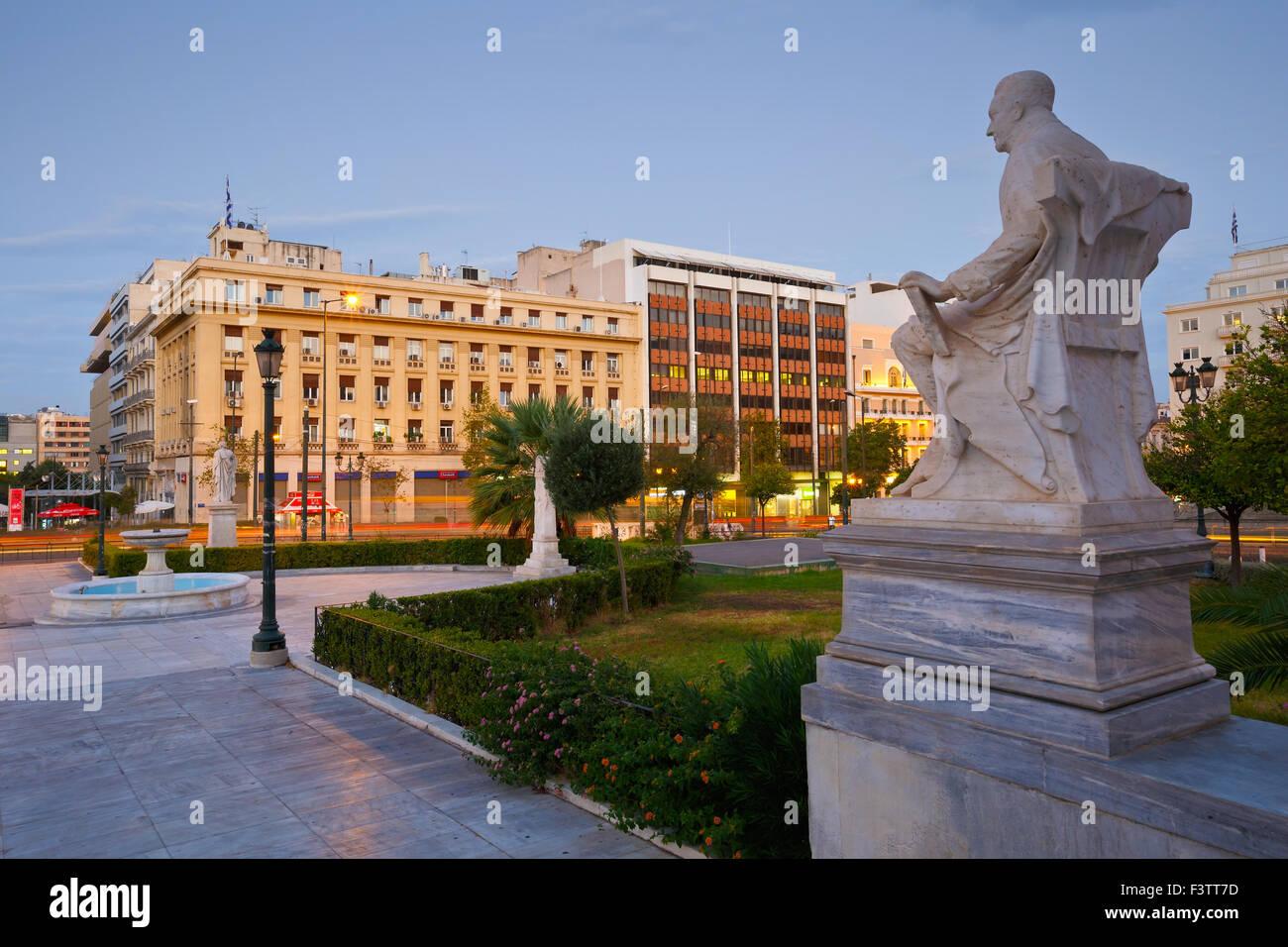 Piazza davanti al National & Kapodistrian University di Atene in Panepistimio al mattino Immagini Stock