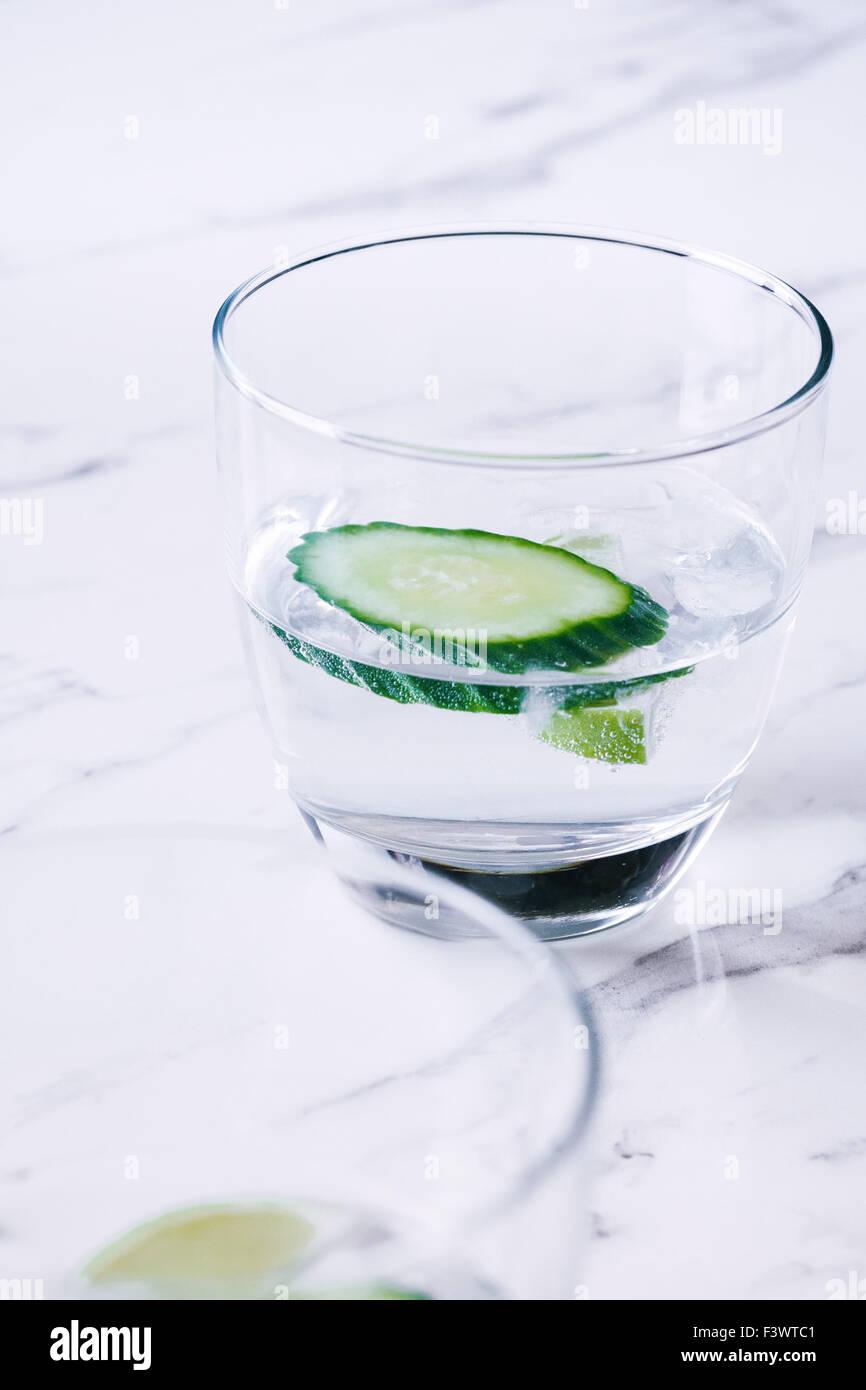 Gin Tonic con il cetriolo, su un banco di marmo top Immagini Stock