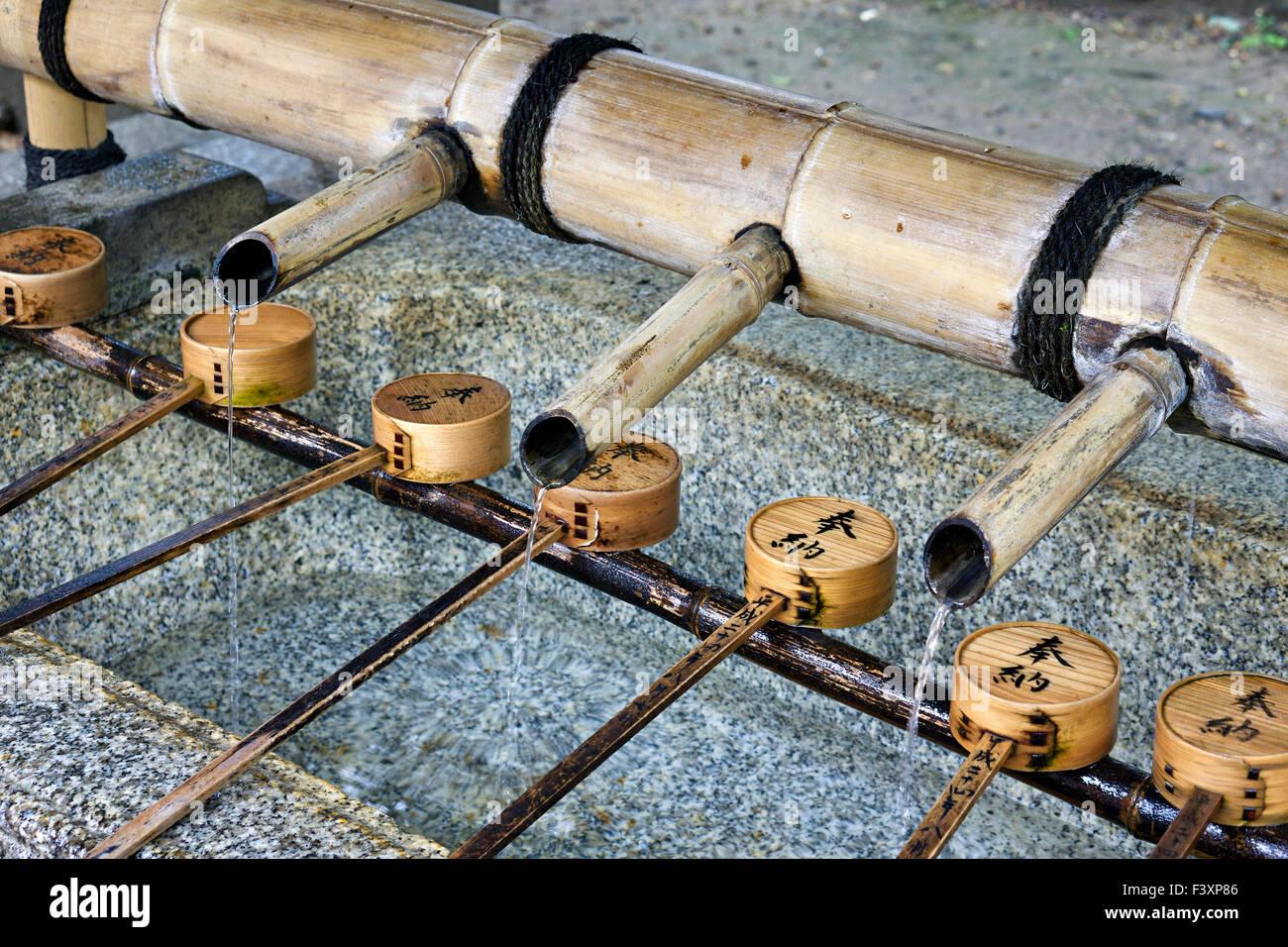 Giappone, isola di Honshu, Kansai, Kyoto, un font di purificazione di un sacrario scintoista. Immagini Stock