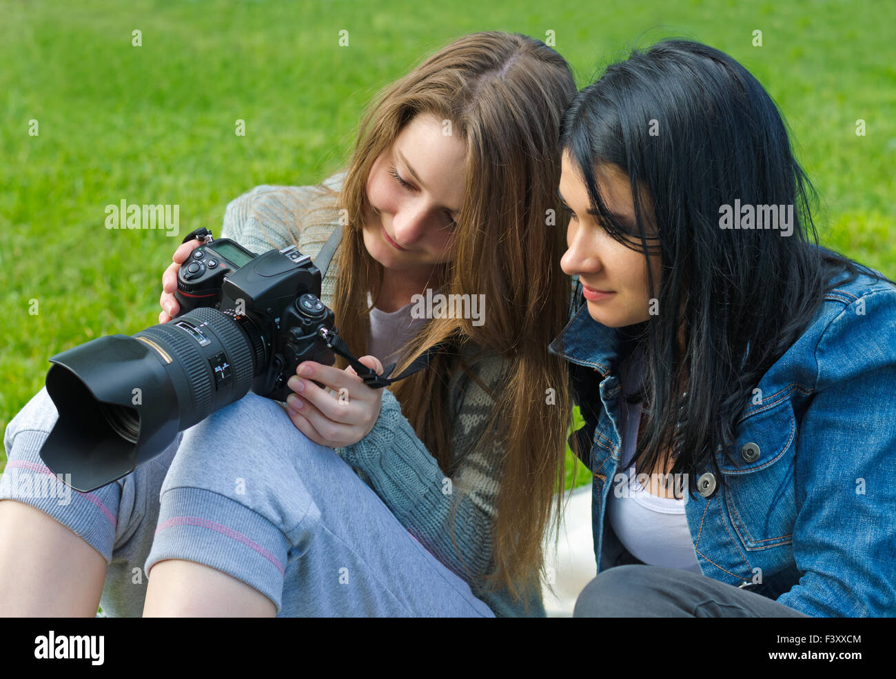 Le donne il mirino di controllo della telecamera Immagini Stock