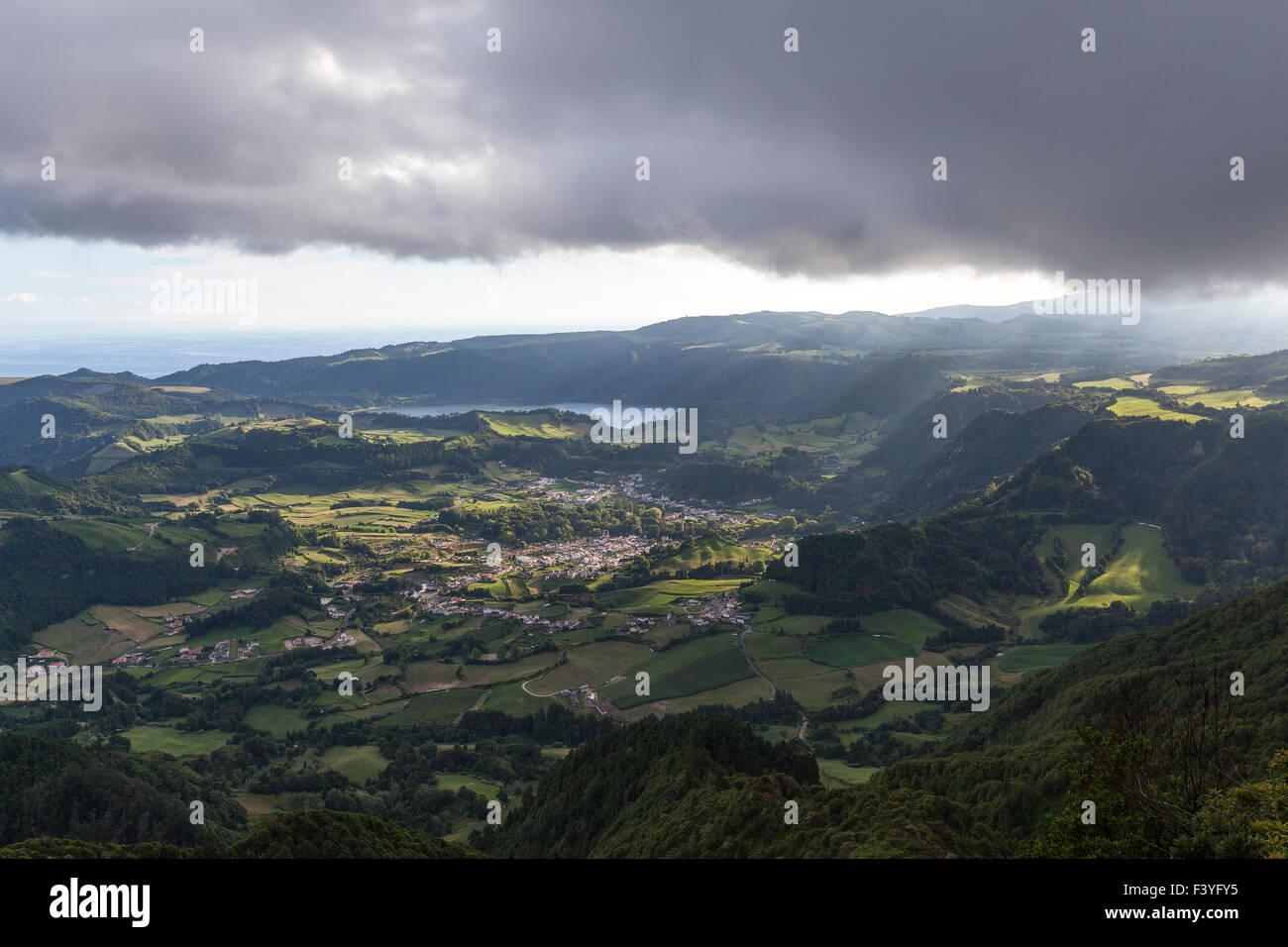 Vista dal Miradouro do Pico do Salto do Cavalo su Valli di Furnas, São Miguel, Azzorre, Portogallo Immagini Stock