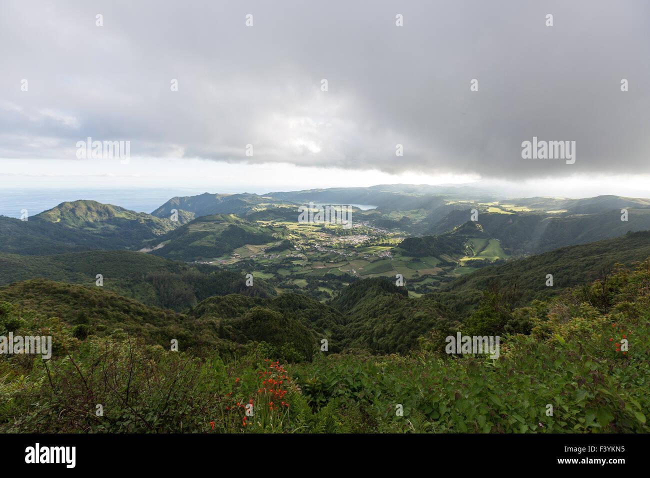 Vista dal Miradouro do Pico do Salto do Cavalo oltre Furnas e valli Povoação, São Miguel, Azzorre, Immagini Stock
