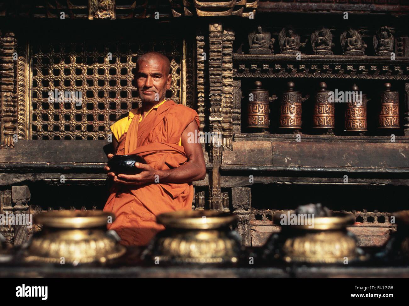 Theravada monaco buddista in attesa di alms nel tempio Harati ( Nepal) Immagini Stock