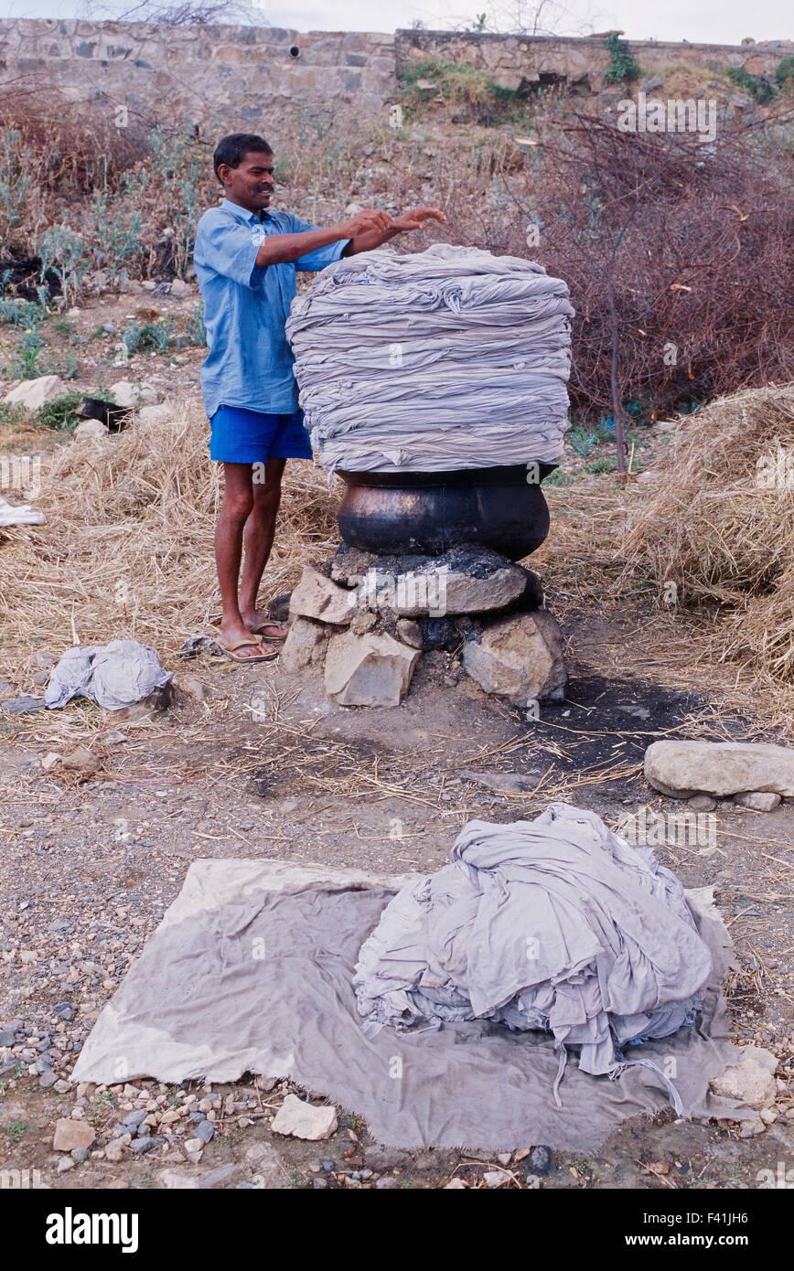 L'uomo il lavaggio biancheria da letto ( India) Immagini Stock
