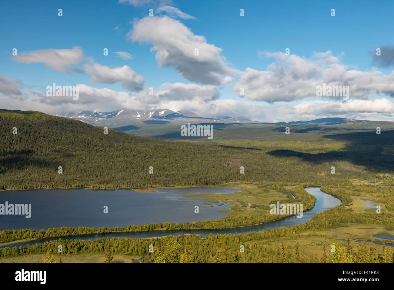Vista del fiume e le montagne appartenenti al Tarraätno Sarek Parchi Nazionali, Kvikkjokk, Laponia, Norrbotten, Immagini Stock