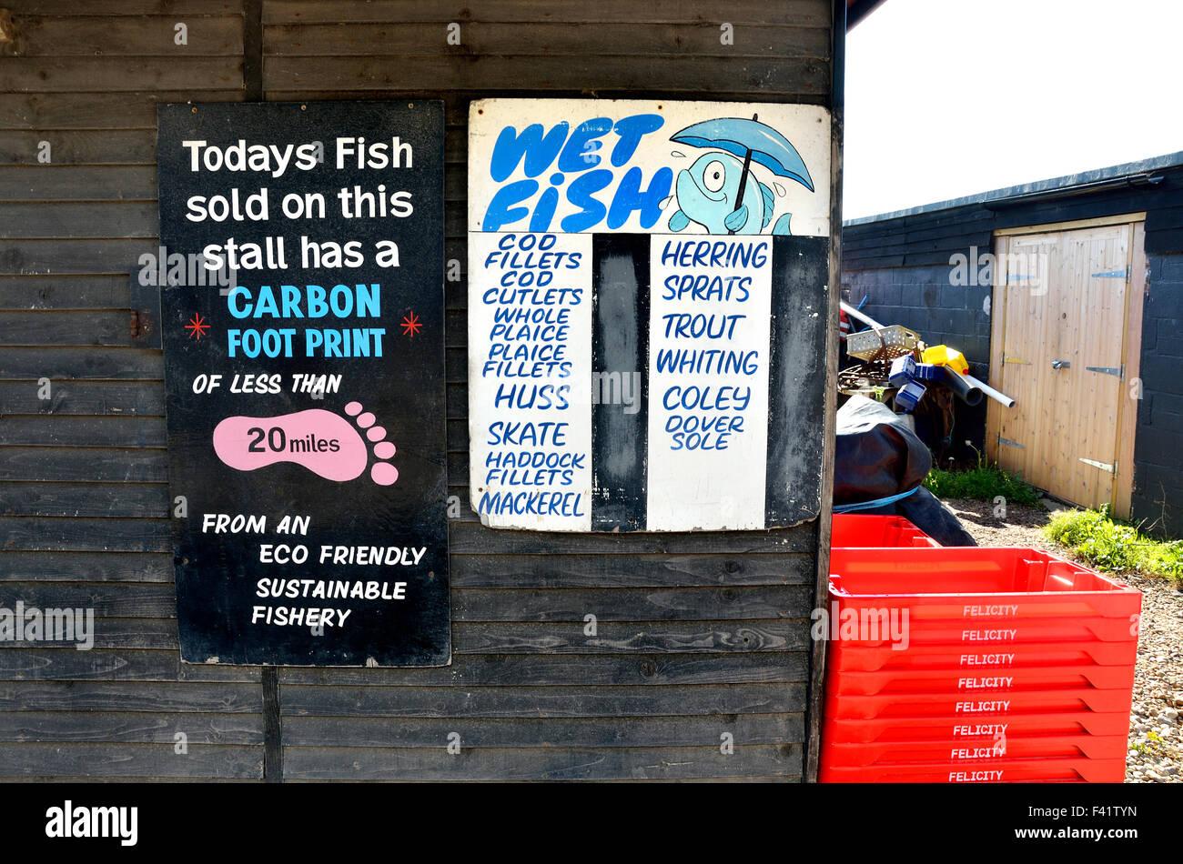 Hastings, East Sussex, Inghilterra, Regno Unito. Pesce fresco in stallo sulla spiaggia con una bassa impronta di Immagini Stock