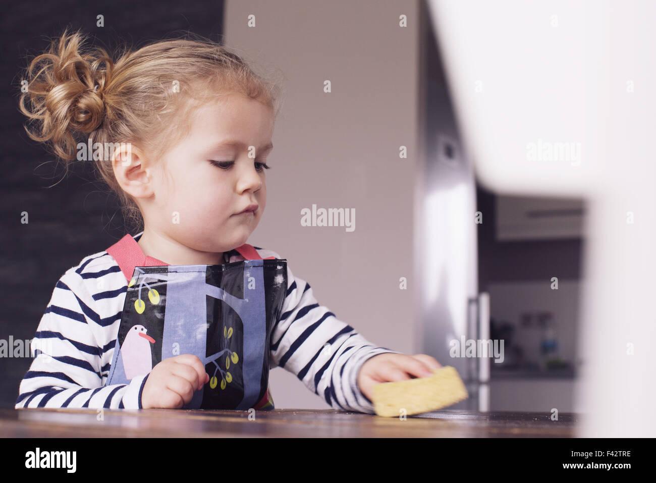 Bambina tabella di strofinamento con spong Immagini Stock