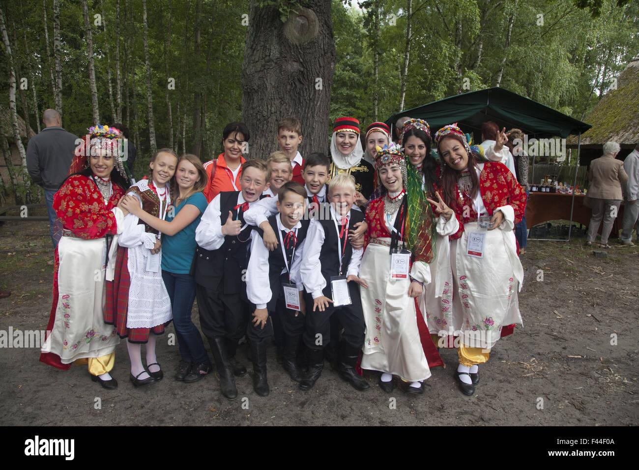 Danzatori provenienti da vari paesi in un international folk arts festival pongono insieme nei pressi di Zielona Immagini Stock